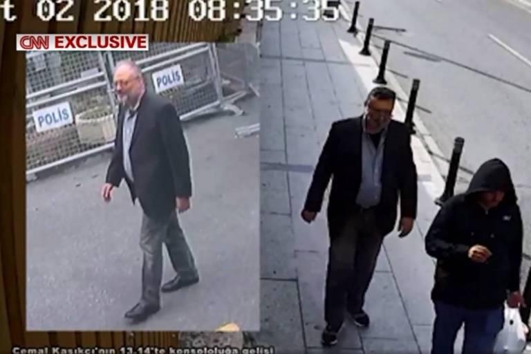 A imagem à esquerda mostra o jornalista Jamal Khashoggi entrando no consulado saudita em Istambul. Do lado direito o agente saudita Maher Abdulaziz Mutreb usa as mesmas roupas do jornalista horas depois.