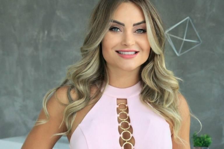 A modelo Thaiz Schmitt é adepta do sorriso alinhado com lentes de contato
