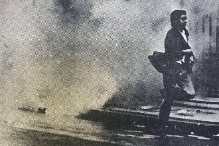 Aluno da Faculdade de Ciências Médicas da Universidade da Guanabara foge de gás lacrimogêneo atirado por agentes do Dops e pela PM que invadiram o Hospital Pedro Ernesto, no Rio