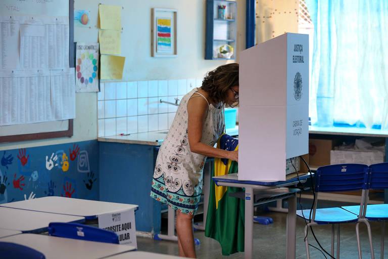Eleitores durante votação no 1º turno em escola em Brasília. 14 dos 35 partidos do país foram afetados pela cláusula de barreira