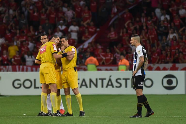 Árbitros discutem lance duvidoso em Inter x Santos, no Beira-Rio