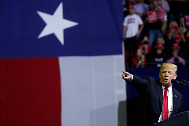 O presidente americano Donald Trump ao lado da bandeira do Texas durante o comício em Houston em apoio ao senador Ted Cruz