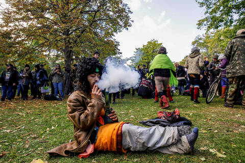 A man smokes a bong and a cigarette on the day Canada legalizes recreational marijuana at Trinity Bellwoods Park, in Toronto, Ontario, Canada, October 17, 2018.  REUTERS/Carlos Osorio       TPX IMAGES OF THE DAY ORG XMIT: GGG-CAR030