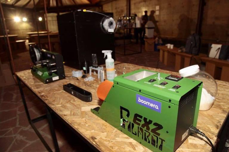 Máquina envolvida no processo de reciclagem de plástico para as embalagens da Positiva