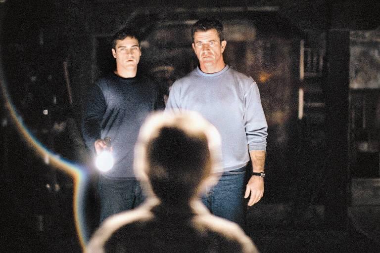 """Joaquim Phoenix e Mel Gibson em cena do filme """"Sinais"""", de M. Night Shyamalan"""
