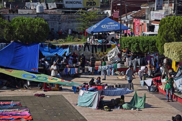Imigrantes que fazem parte da caravana acampam em Huixtla, no México