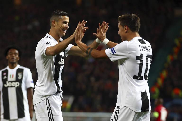 Dybala e Ronaldo comemoram o gol que deu a vitória à Juventus em Manchester