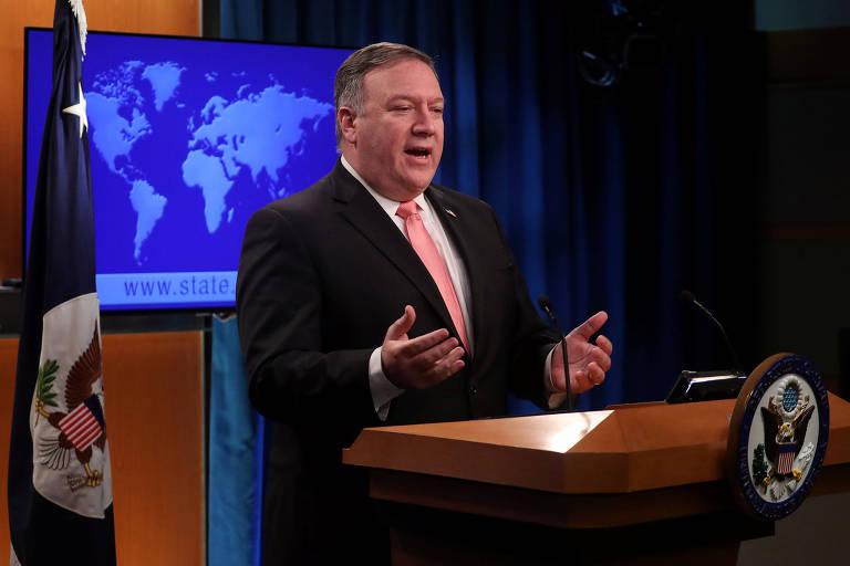 Vestindo terno preto, camisa branca e gravata vermelha, Pompeo está diante de um púlpito e gesticula com a mão. Ao fundo, a bandeira do Departamento de Estado e uma tela que projeta do mapa-múndi.