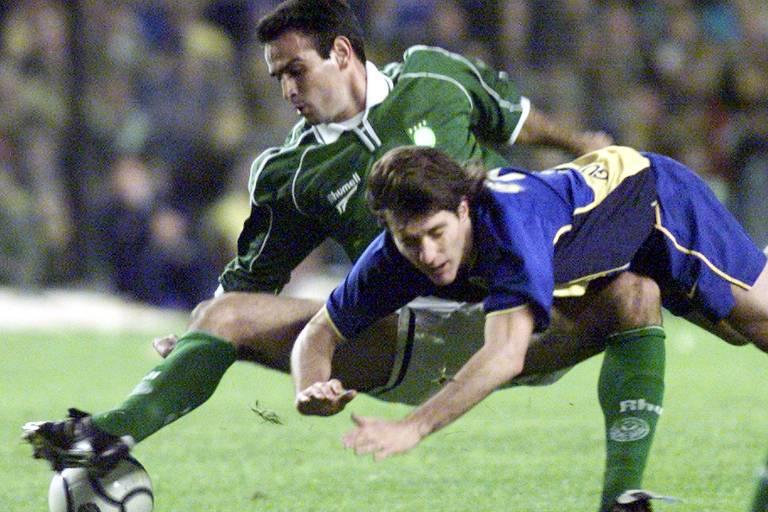 O zagueiro Leonardo, do Palmeiras, disputa bola com Schelotto, do Boca, em 2001, pelo jogo de ida da semifinal da Libertadores