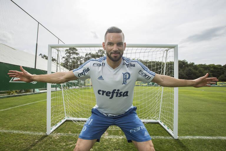 O goleiro Weverton, do Palmeiras, posa para fotos no campo de treinamento do clube