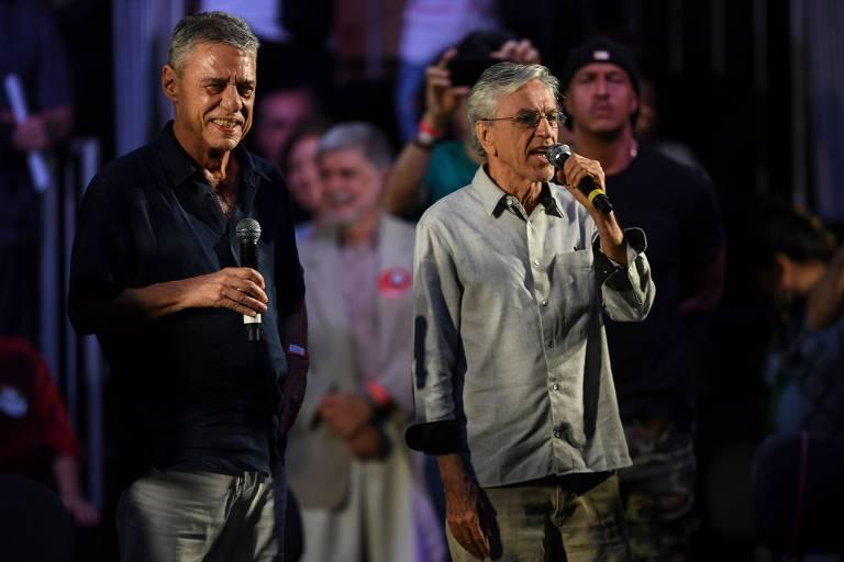 Chico Buarque e Caetano Veloso durante ato em apoio a Fernando Haddad (PT) no Rio de Janeiro. Eles defenderam o rapper Mano Brown (ao fundo) de críticas feitas ao partido