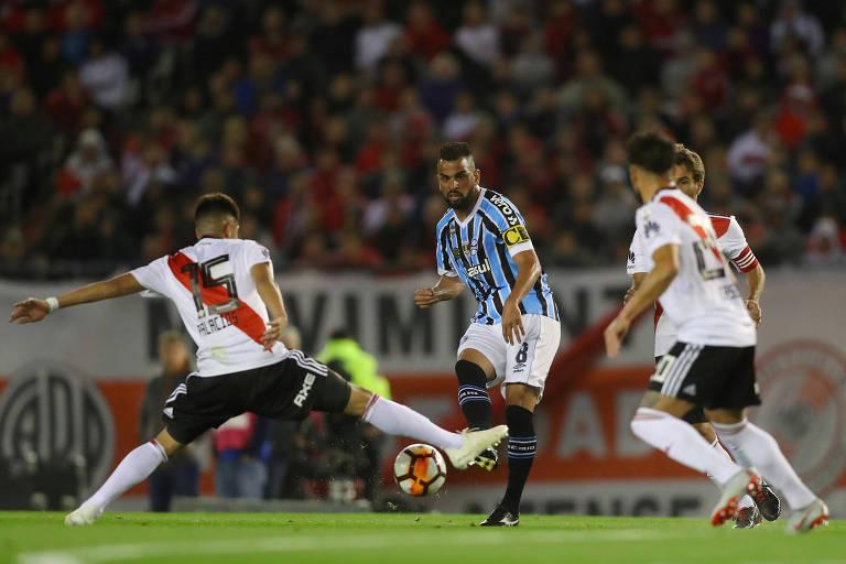 Maicon passa por Palacios, do River Plate, na primeira partida da semifinal da Libertadores no Monumenta de Nuñez