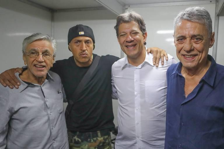 Caetano Veloso, Mano Brown, Fernando Haddad e Chico Buarque posam para foto em evento em apoio ao candidato do PT na Lapa, no Rio de Janeiro