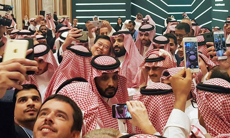 O príncipe herdeiro saudita, Mohammed bin Salman (no centro, abraçado), tira selfie durante evento com empresários em Riad