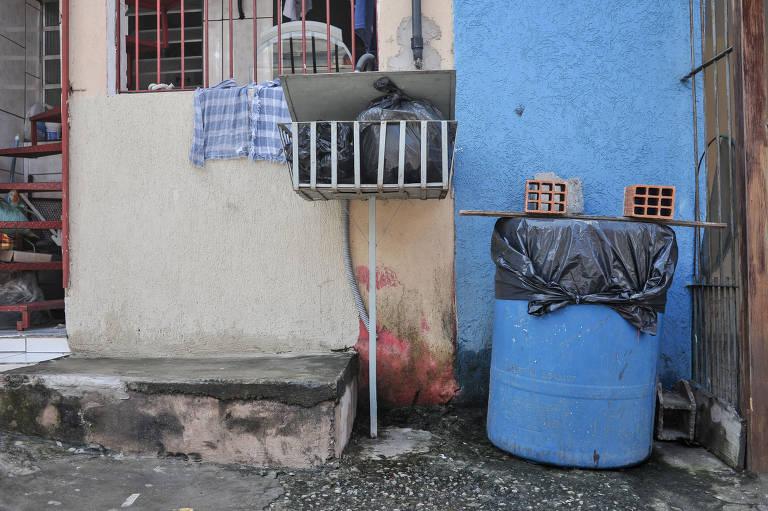 Um novo contrato deve ser firmado entre o município de Guarulhos e a Sabesp. O acordo promete acabar com o racionamento de água que já dura anos na cidade e obriga que parte da população estoque água em tonéis