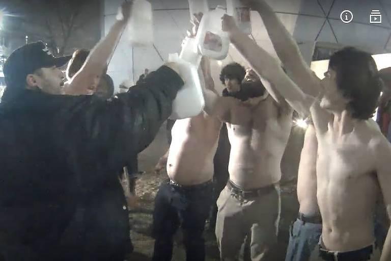 Supremacistas brancos tomando leite