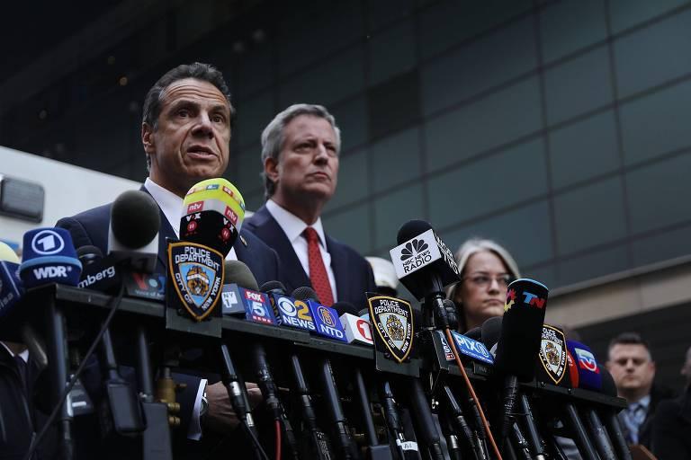 O prefeito de Nova York, Bill de Blasio (dir.) e o governador do estado, Andrew Cuomo, durante a entrevista coletiva na cidade