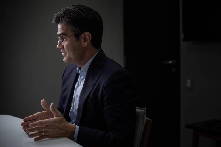 Rodrigo Garcia (DEM), candidato a vice-governador de São Paulo na chapa de João Doria (PSDB), no comitê de campanha, gesticula com as mãos de terno escuro e camisa azul clara sem gravata