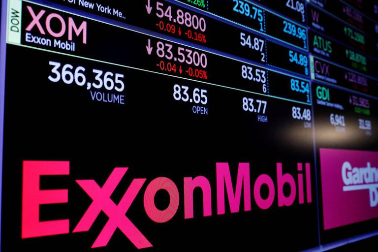 Logo da Exxon Mobil em placar com valores dos papéis da empresa