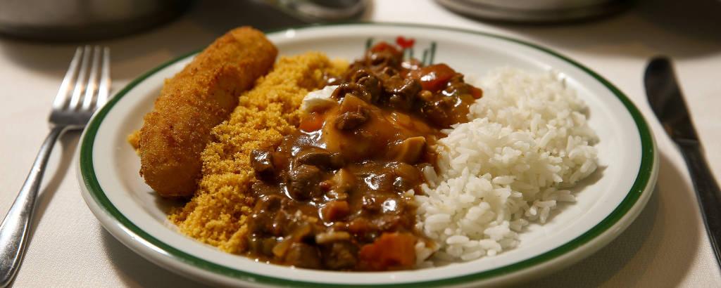 Prato com arroz, picadinho de carne, farofa e banana à milanesa