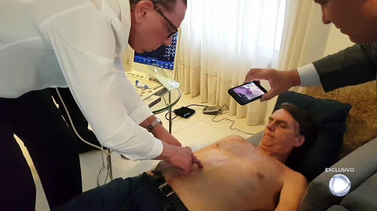 O candidato à Presidência Jair Bolsonaro (PSL) é examinado por médicos em sua casa no Rio de Janeiro