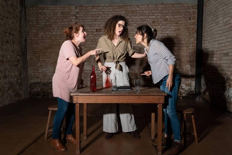 """Flávia Strongolli (cabelo enrolado), Rita Pisano (xadrez azul) e Angela Ribeiro (rosa) em """"Villa"""", montagem do diretor Diego Moschkovich para a peça de Guillermo Calderón"""