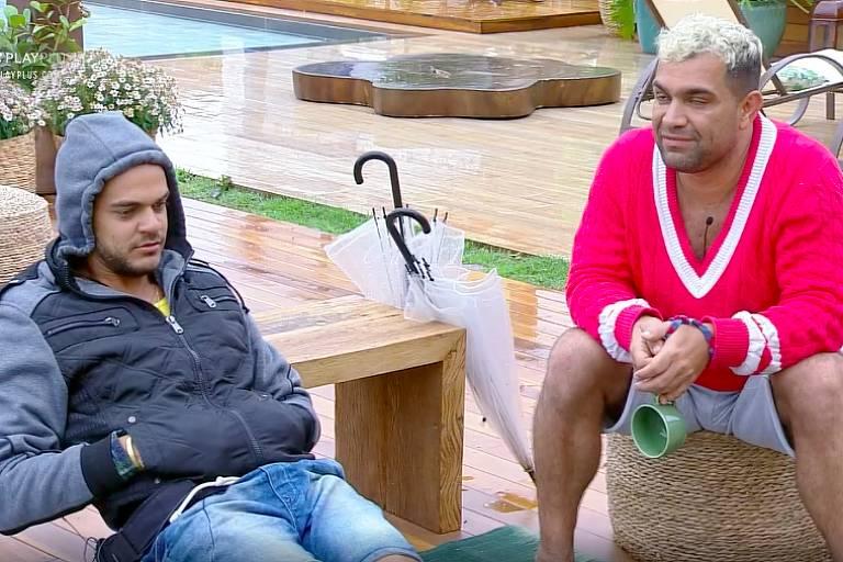 Caique fala sobre seu relacionamento com Fernanda para Evandro