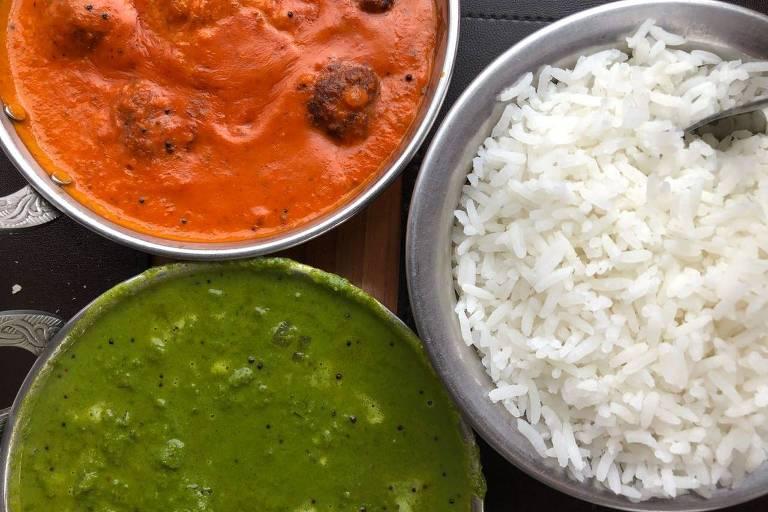Pratos do indiano Bawarchi: almôndegas de carne de carneiro, fritas e cozidas em molho de tomate, gengibre e garam masala e camarões cozidos ao molho com especiarias, espinafre e creme de leite