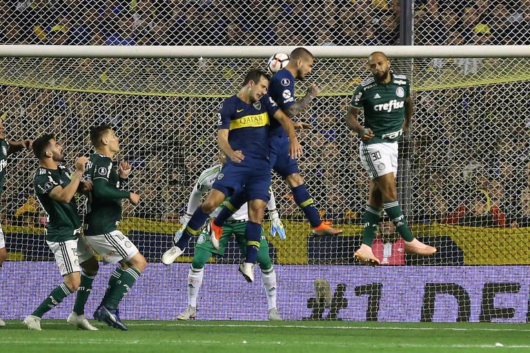 Benedetto sobe de cabeça para fazer o primeiro gol do Boca sobre o Palmeiras na semifinal da Libertadores, em Buenos Aires