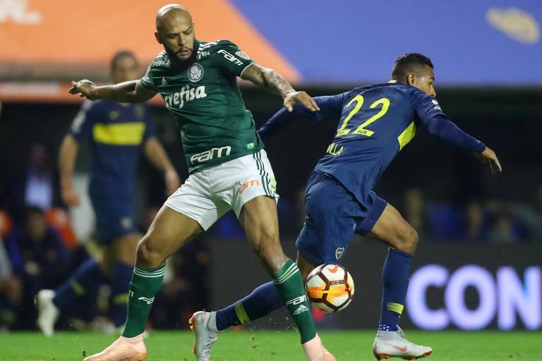 Felipe Melo disputa a bola com Sebastian Villa