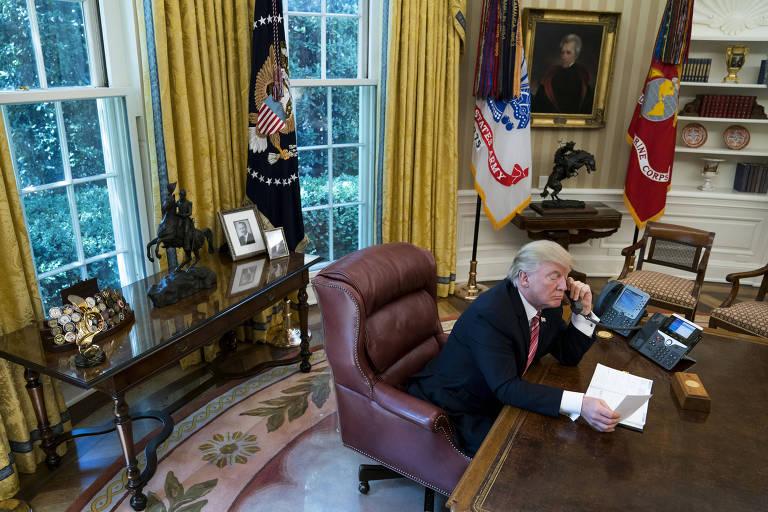 trump fala no telefone no salão oval da casa branca