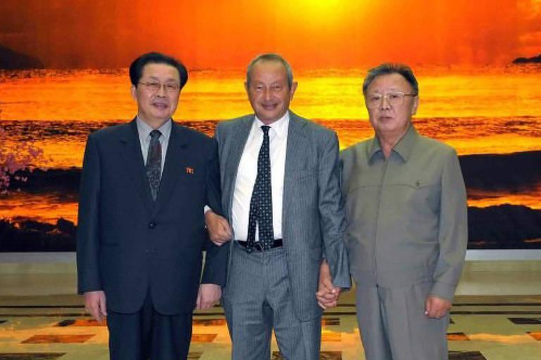 Jang Song Thaek, ex-número 2 no poder norte-coreano, o magnata egípcio Naguib Sawiris e o falecido ditador Kim Jong-il, pai do atual líder supremo Kim Jong-un, em 2011