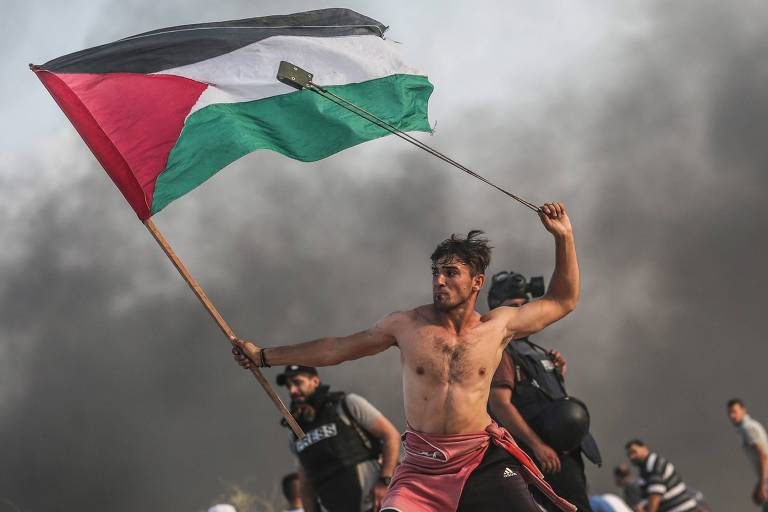 Foto de palestino em protestos viraliza e é comparada a quadro francês