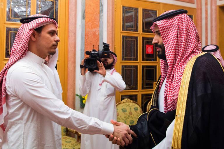 Salah Khashoggi (esq.), filho do jornalista assassinado Jamal Khashoggi, encontra o príncipe herdeiro da Arábia Saudita, Mohammed bin Salman, no dia 23 de outubro
