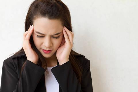 woman with headache, migraine, stress, insomnia, hangover in business executive dress . Photo 9nong / Shutterstock ORG XMIT: 53616c7465645f5f234ab9d0ded8b67a ***DIREITOS RESERVADOS. NÃO PUBLICAR SEM AUTORIZAÇÃO DO DETENTOR DOS DIREITOS AUTORAIS E DE IMAGEM***
