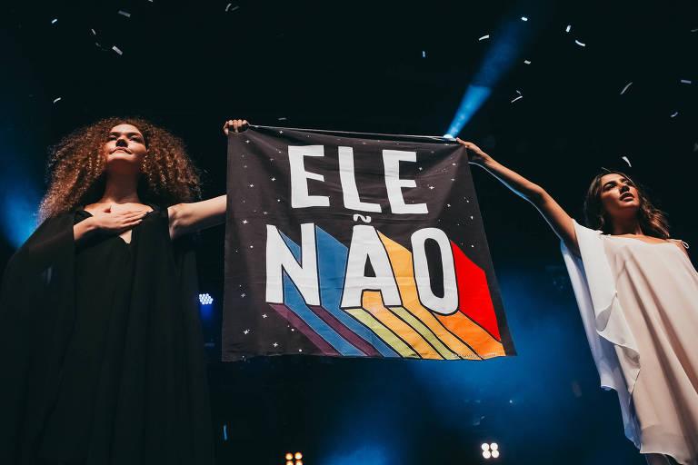 Vitória Falcão e Ana Clara Caetano do duo Anavitória, manifestam-se contra Bolsonaro durante show