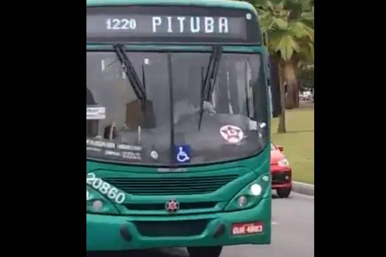 Projeto Comprova: Vídeo que mostra ônibus de Salvador com adesivos do PT é verdadeiro