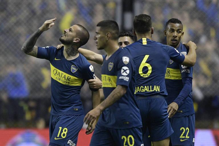 Darío Benedetto, à esquerda, comemora um de seus gols contra o Palmeiras mandando beijo para o céu