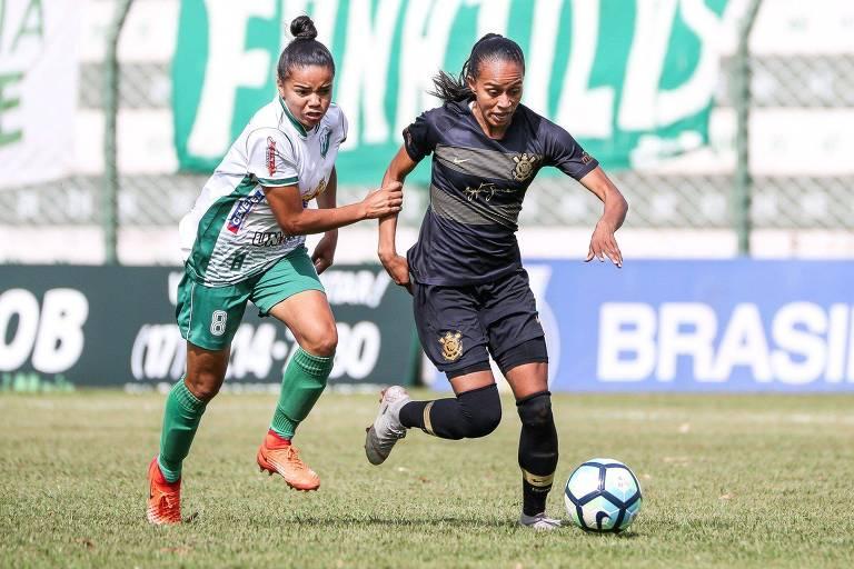 Adriana, do Corinthians, escapa da marcação de Fafa (dir.), do Rio Preto, durante primeiro jogo da decisão do Brasileiro feminino