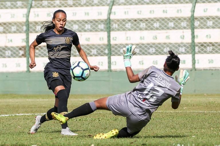 Adriana, do Corinthians, toca na saída da goleira Rosany, do Rio Preto, em jogo válido pela partida de ida da final do Brasileiro feminino