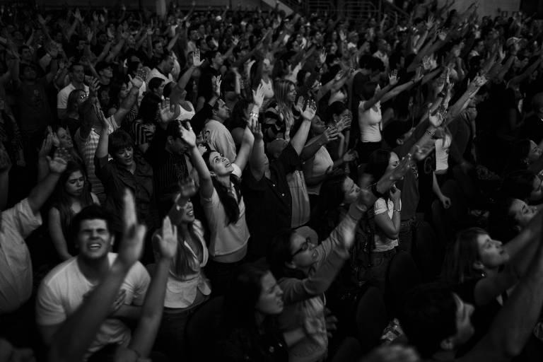 Fiéis durante culto na igreja evangélica Bola de Neve em Perdizes em São Paulo