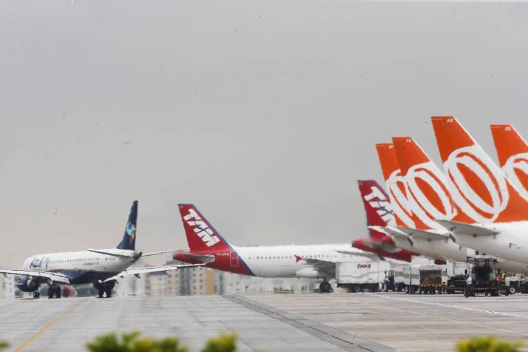Movimentação de aviões na pista do aeroporto de Congonhas, na zona sul de São Paulo