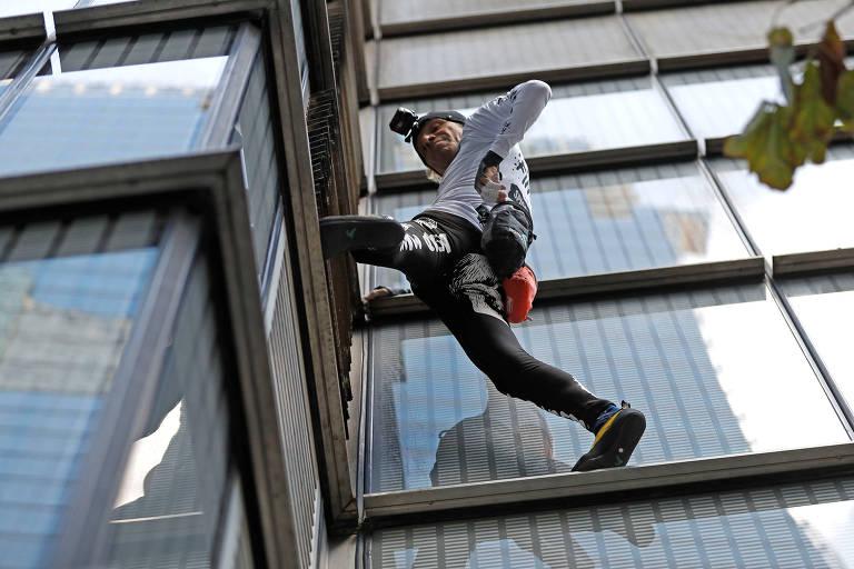 Alpinista Alain Robert escala prédio de 230 metros de altura sem cordas em Londres