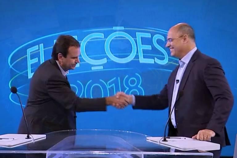 Eduardo Paes (DEM) e Wilson Witzel (PSC) se cumprimentam antes de debate na TV Globo entre candidatos ao Governo do Rio de Janeiro