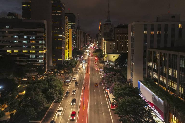 Vista da avenida Paulista com carros