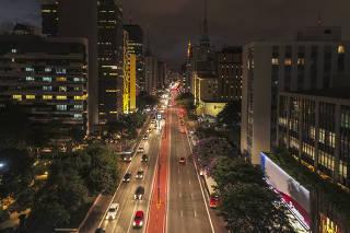 O anoitecer na avenida Paulista