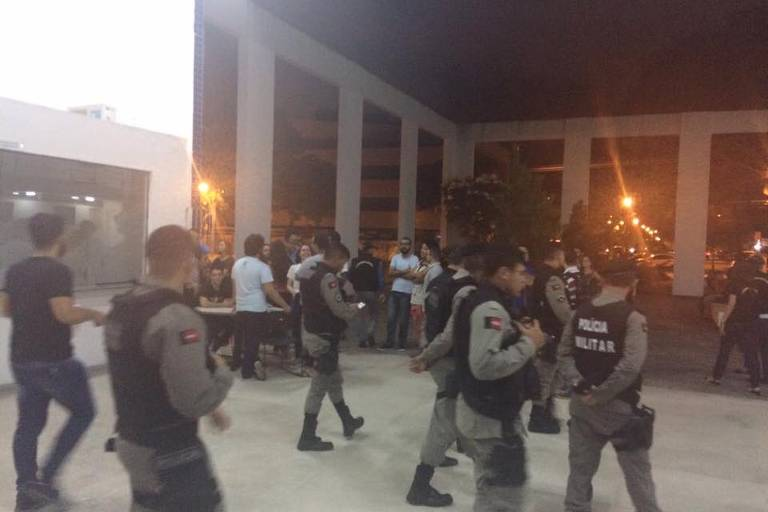 Policiais dentro da universidade