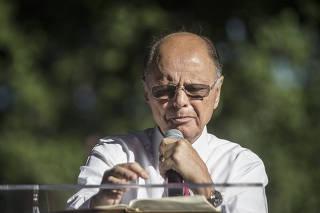 O bispo Edir Macedo realiza culto na praça Jardim do Méier, no Rio