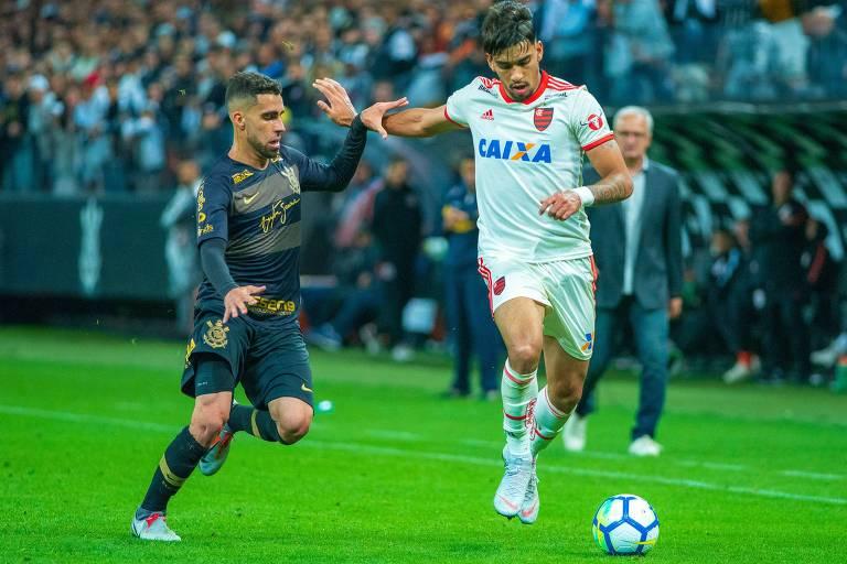 O volante  Gabriel disputa a bola com o meia Paquetá durante partida entre Corinthians e Flamengo, em Itaquera, quando o o time alvinegro perdeu por 3 a 0, em sua pior derrota em Itaquera