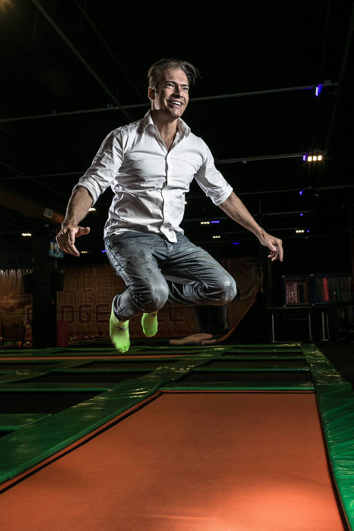 Retrato de Gerson Azevedo que é fundador da rede de parques de trampolins com cinco unidades no estado de São Paulo. Todos ficam em shoppings e as crianças respondem por 70% do movimento.